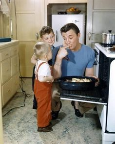 Robert Mitchum y sus hijos Old Movie Stars, Classic Movie Stars, Classic Movies, Classic Tv, Famous Movies, Old Movies, Famous Faces, Famous Celebrity Couples, Famous Couples