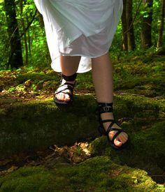 Personalizadas hechas a mano sandalias de cuero - tiras - griego - romano - planas - sandalias gladiador. Muchos colores. :) de DarkSideofNorway en Etsy https://www.etsy.com/mx/listing/225962055/personalizadas-hechas-a-mano-sandalias