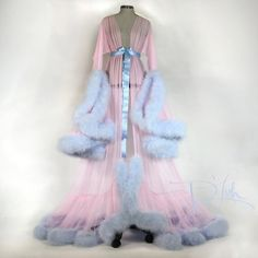 """Bild von Rosa w / Baby Blue Deluxe """"Cassandra"""" Morgenmantel Pretty Outfits, Cool Outfits, Boujee Outfits, Fancy Robes, Faux Fur Bedding, Vintage Outfits, Vintage Fashion, Bunny Slippers, Vintage Nightgown"""