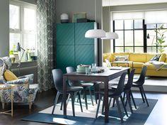 Soggiorno con sei sedie ODGER blu e tavolo allungabile EKEDALEN marrone scuro. Sullo sfondo un divano giallo – IKEA