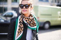 Sara Escudero, añade un toque de color a su look con uno de print de leopardo y color verde anudado al cuello. Cuando el pañuelo tiene forma cuadrada el resultado es tipo babero, muy en la onda de las bandanas típicas de los vaqueros