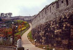 Hiking Seoul's old city wall through Naksan mountain #citywall #history #mountain #autumn #hiking #park #seoul #southkorea #korea #asiatravel #nomsandramblestravels #nomsandrambles #instapassport #instatravel #travelphotography #instadaily #igdaily #instagood
