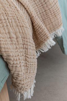 Schaffen Sie eine heimelige Harmonie mit einzigartigen Textilstücken und Teppichen in milden Farben. Bei URBANARA glauben wir, dass ein gutes Leben zu Hause beginnt. Deshalb kombinieren wir feinste Handwerkskunst mit reinen, natürlichen Materialien, um Stücke herzustellen, die nicht nur schön aussehen, sondern Ihnen helfen, schön zu leben. Entdecken Sie handverlesene Heimtextilien und Wohnaccessoires von höchster Qualität im URBANARA Onlineshop.