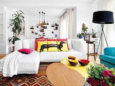 étagères coussins de couleurs + canapé blanc