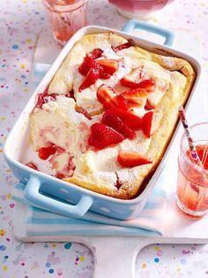Quark-Grieß-Auflauf mit Erdbeeren For big and small strawberry fans! Easy Cake Recipes, Sweet Recipes, Cookie Recipes, Dessert Recipes, Quark Recipes, Homemade Desserts, Food Cakes, Fudge Caramel, Dessert Oreo