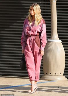 Sofia Richie rocks pink jumpsuit during girls' only lunch da.-Sofia Richie rocks pink jumpsuit during girls' only lunch date Glorious: Sofia Richie shined under the glare of the Southern California sun in a pink jumpsuit - Street Style Outfits, Looks Street Style, Looks Style, Fashion Moda, Pink Fashion, Fashion Outfits, Womens Fashion, Fashion Trends, Fashion Lookbook