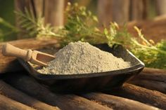 Why You Should Use Clay on Your Skin: Beauty & Health Benefits of a Clay Mask The use of clay for topical healing and internal medicinal uses traces back Best Clay Mask, Clay Masks, Natural Face Wash, Natural Skin Care, Natural Beauty, Gastro Entérite, Bentonite Clay Mask, Vinegar With The Mother, Organic Apple Cider Vinegar