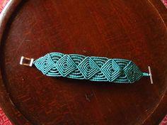 Brazalete de macrame azul turquesa estilo celta. Macrame