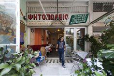 Τα τραπέζια στήθηκαν στο ανατολίτικο ψητοπωλείο Μικρά Ασία και η ιδιοκτήτρια Τσιτσέκ αναπολεί στιγμές της παλιάς της ζωής, στην Κωνσταντινού...