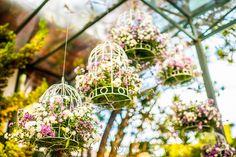 Para quem casa em ambientes abertos e de dia, as gaiolinhas recheadas de flores são um charme!   #decoração #somosvalwander #decorcasamento #detalhes #casamento #casamentobh #valwander #gaiolas #flores #bemcasados #fotografia #casamentodedia #casamentoaoarlivre