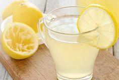 A água com limão em jejum é uma bebida rica em propriedades antivirais, antibacterianas e antimicrobianas que ajudam a combater muitas doenças.