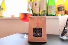 ワインを表現したコーヒーのブレンド豆の紹介。2種類展開しており、アイスコーヒーにするとよりワインのような果実感が味わえる「赤ワインブレンド」と、透明感のある口当たりと余韻が残る「白ワインブレンド」。