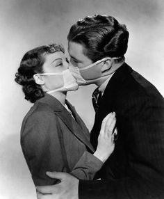 A 1937 film still depicting a kiss with protective mask to prevent infection during a flu epidemic in Hollywood. Black And White Picture Wall, Black And White Pictures, Theme Tattoo, Isabella Scherer, Bd Pop Art, Foto Picture, Flu Epidemic, Photo Vintage, Black And White Aesthetic