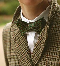 Brown tweed suit with green bow tie. I wonder if this look would still work with a different shade green. Tweed Ride, Look Fashion, Mens Fashion, Tweed Suits, Inspiration Mode, Lookbook, Harris Tweed, Well Dressed Men, Gentleman Style