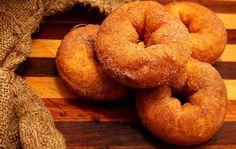 Λαχταριστοί λουκουμάδες με κανέλα Onion Rings, Greek Recipes, Doughnuts, Bagel, Bread, Cooking, Ethnic Recipes, Sweet, Desserts