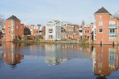 Met zink bekleedde woontoren staat als een parel in de buitenbocht van het Spaarne in Haarlem. Scheepmakersdijk, Haarlem