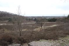 Blik vanaf de echte Heksenberg over de Brunssummerheide op de kerk van Heksenberg. Links de voormalige steenberg van de ON 4