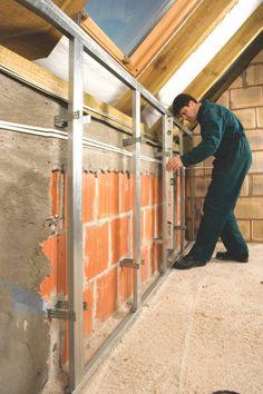 Na ściankach kolankowych raczej nie układa się mokrych tynków, lecz suchą obudowę z płyt g-k, za którą łatwo ukryć instalację, np. elektryczną czy alarmową