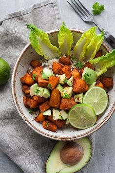 Buddha Bowl mit gerösteten Süßkartoffeln. Für dieses schnelle und leichte Soulfood braucht ihr nur eine Handvoll Zutaten. Unbedingt probieren - kochkarussell.com