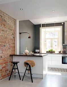 peinture cuisine tendance en gris souris et mur en briques