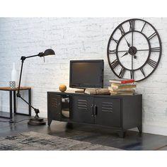 Inspiré du mobilier industriel ancien, ce meuble TV joue la carte du style indus toujours très tendance. Belle capacité de rangement et trous passe câbles pour y ranger tout votre matériel TV et vidéo.