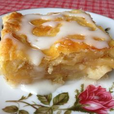 These bars are just like apple pie. Pie crust, cinnamon and apples in a convenient bar form. Apple Dessert Recipes, Köstliche Desserts, Apple Recipes, Easy Apple Pie Recipe, Vegetarian Desserts, Plated Desserts, Apple Pie Bars, Best Apple Pie, Italian Biscuits