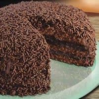 Cia de Receitas: Bolo Brigadeiro - recipe is in Portugese, but this looks seriously wicked! Tasty Chocolate Cake, I Love Chocolate, Chocolate Recipes, Bolo Chocolate, Sweet Recipes, Cake Recipes, Dessert Recipes, Brigadeiro Cake, Food Wishes