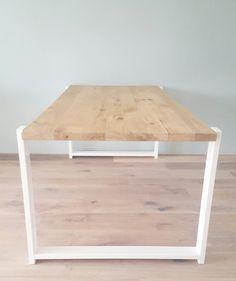 Handgemaakte tafel op maat / Lijn M Label:  Blad: Robuust eiken 50mm (dikte zelf bepalen tot 58mm) Poten: invalpoten staalkoker 80x30mm wit Alle maten mogelijk.