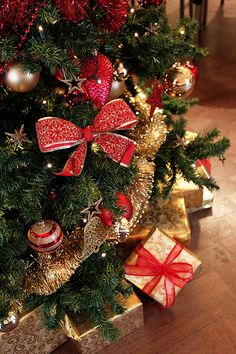 Red and Gold Christmas Tree Decoration Ideas How To Use Colors For Your Christmas Tree Decorating Ideas Red and Gold Christmas Tree Decoration Ideas. In the final part of our series sharing Christm… Noel Christmas, Merry Little Christmas, Winter Christmas, All Things Christmas, Christmas Wreaths, Christmas Collage, Office Christmas, Green Christmas, Christmas Morning