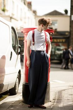 London, men's street style, wearing suspenders with high waisted double pleated trousers on Savile Row Style Hipster, Style Casual, Swag Style, Casual Fall Outfits, Mens High Waisted Trousers, Street Style Inspiration, Best Street Style, Street Styles, Style Urban