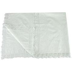 Manta em tecido cambraia de algodão.  Contorno todo em bico de renda Renascença.  Bordado Manual floral.  Forro interno em macia cambraia de algodão.