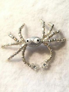 A few too many legs but I like the eyes. Diy Resin Crafts, Beaded Crafts, Beaded Ornaments, Wire Crafts, Insect Jewelry, Seed Bead Jewelry, Beaded Jewelry, Jewellery, Jewelry Patterns