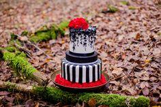 Inspiration Rockabilly: Hochzeitstorte schwarz und weiß, rote Nelke, Streifen & essbarer Glitzer