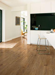 Quick-Step Laminate Flooring -Elite 'Old white oak natural, planks' (UE1493) in a modern kitchen. To find more kitchen inspiration, visit our website: https://www.quick-step.co.uk/en-gb/room-types/choose-the-perfect-kitchen-flooring #cuisine #keuken