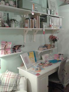 Meiden kamer. Zacht groene wand. Ikea. Kidsroom, New Room, Ikea, Girls Bedroom, Corner Desk, Diy Home Decor, Bookcase, Shabby, New Homes