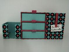Organizador de Mesa em cartonagem, confeccionado com papelão rígido e tecidos 100% algodão. <br>Perfeito para escrivaninha, possui um porta trecos, um porta blocos de nota e um mini gaveteiro. <br>Cada gaveta mede 13x11x4,5 cm.
