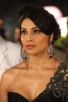 Bipasha basu cute and hot bollywood Indian actress model unseen latest very beautiful and sexy wedding smile images of her body curve south . Bollywood Heroine, Bollywood Actress Hot Photos, Bollywood Fashion, Bollywood Style, Priyanka Chopra Hot, Bollywood Designer Sarees, Vintage Bollywood, Indian Celebrities, Female Celebrities
