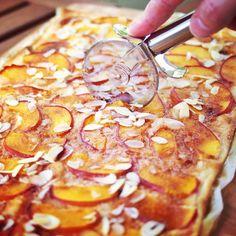 """Pfirsich-Flammkuchen mit Zimt-Zucker und Mandeln - """"Fee ist mein Name"""" // Peach tarte flambée with cinnamon and almonds"""