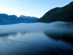 Motor all'alba tra la nebbia