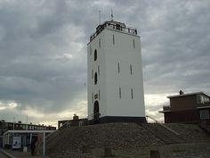 Vuurtoren, uit 1605, ter vervanging van de oudere vuurtoren, die door landafslag op het strand was beland. Het is een rijksmonument en in 1989 gerestaureerd. Deze vuurbaak, in de volksmond 'Vuurboet' genoemd, is op de Brandaris na de oudste van Nederland en heeft tot omstreeks 1913 dienst gedaan. Omdat er geen schepen van het strand af en aan voeren en de lichten van de Vuurtorens van Noordwijk en Scheveningen het gehele kustgebied overlapten, werd de toren overbodig.