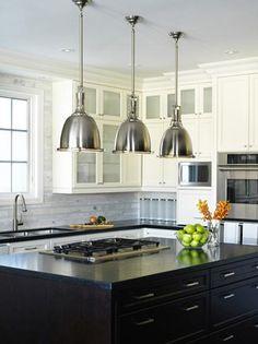 Snyggt med rejäla lampor i rad över köksön.