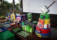 Mesa principal da festa decorada com super-heróis do Ateliê Mãe e Filha