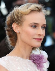 Pour adopter ce chignon un brin rétro porté par Marion Cotillard, Keira Knightley ou encore Diane Kruger, suivez les conseils faciles du coiffeur Fred....