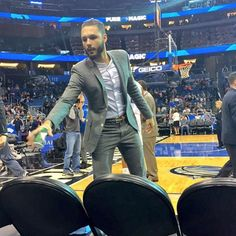 Evan Fournier goes with the Stand Collar on the sideline of the Magic-Cavs game Sunday night (via Aaron Gordon).
