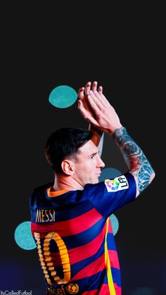 Lionel Messi Photos - Lionel Messi of FC Barcelona waves during the team official presentation ahead of the Joan Gamper trophy match at Camp Nou on August 2015 in Barcelona, Spain. - Barcelona v AS Roma - Pre Season Friendly Lionel Messi, Cr7 Vs Messi, Messi 10, Good Soccer Players, Football Players, Fc Barcelona Neymar, Barcelona Players, Barcelona Football, Argentina National Team