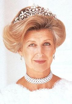 Princess Alexandra of Kent wearing the Olgilvy Tiara. The centers of the flowers can be worn with Diamond, Turquoise, Sapphire stones or Pearls. Royal Crown Jewels, Royal Crowns, Royal Tiaras, Royal Jewelry, Tiaras And Crowns, Princesa Real, Elisabeth Ii, English Royalty, Royal House