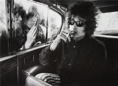 Circa 1966, London– Bob Dylan, fans looking in to limousine –Image © BARRY FEINSTEIN
