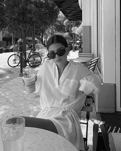 Classy Aesthetic, Summer Aesthetic, Aesthetic Photo, Aesthetic Pictures, Black And White Aesthetic, Black N White, Black And White Pictures, Photography Poses Women, Girl Photography