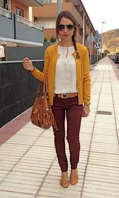 Maroon pants and a pop of yellow cute fall outfit! Yellow Cardigan Outfits, Mustard Cardigan Outfit, Burgundy Pants Outfit, What To Wear With Burgundy Pants, Outfits With Brown Pants, Colored Jeans Outfits, Mustard Yellow Cardigan, Mustard Top, Outfit Jeans
