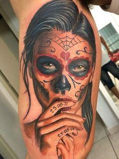"""Tradicionalmente, los tatuajes (tattoo) de calaveras mexicanas han simbolizado la muerte con una """"M"""" mayúscula, ¡pero no de una manera siniestra o negativa! Si hay un hecho innegable en este planeta, es que ningún ser humano escapa de la Parca, por rico o famoso que sea.! Calaveras Mexicanas Tattoo, Tatuajes Tattoos, Skull, Blog, Gypsy Tattoos, Amazing Tattoos, Meaning Tattoos, Sugar Skull Tattoos, Grim Reaper"""